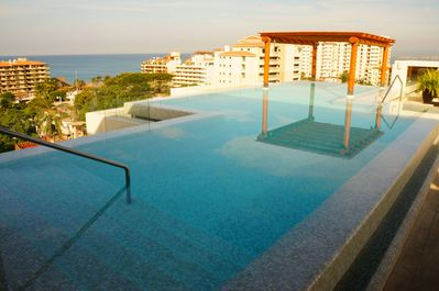 Infinity pool on rooftop terrace with 360 deg. views on ocean, bay and mountains