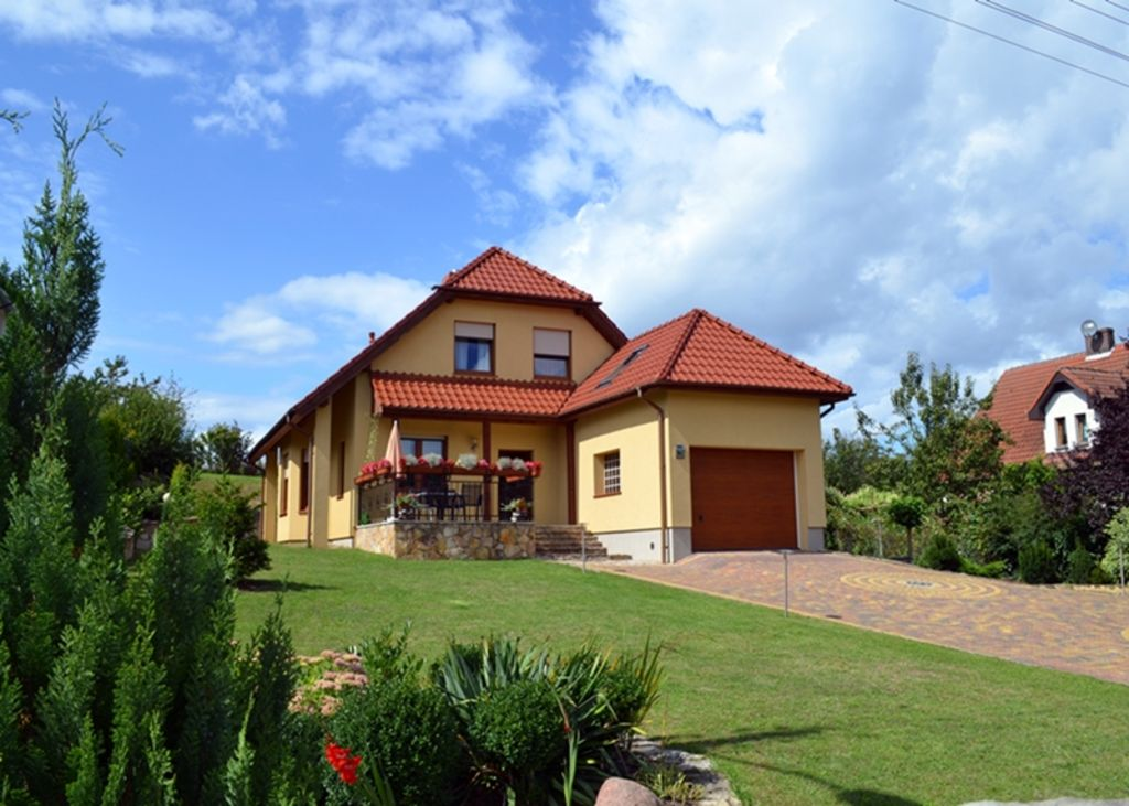 Villa directly at the lake, few minutes to the beach, access via nature park