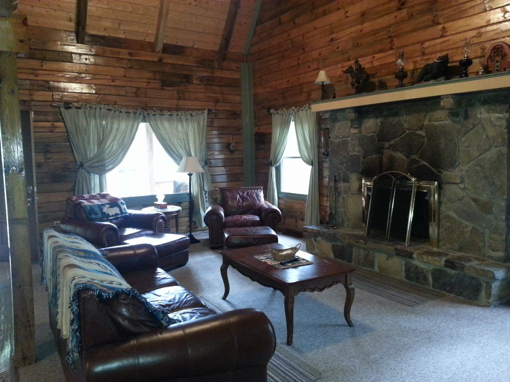 Northwoods Log Home/Private Beach/Inground pool