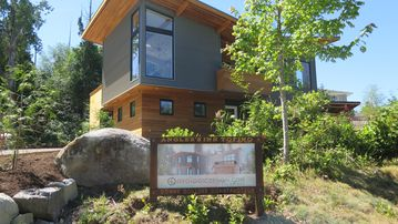Contemporary harbour-view fishing lodge, steps from the dock & downtown Tofino