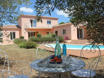 Photo for Beautiful contemporary Provencal villa 10 minutes from Nîmes