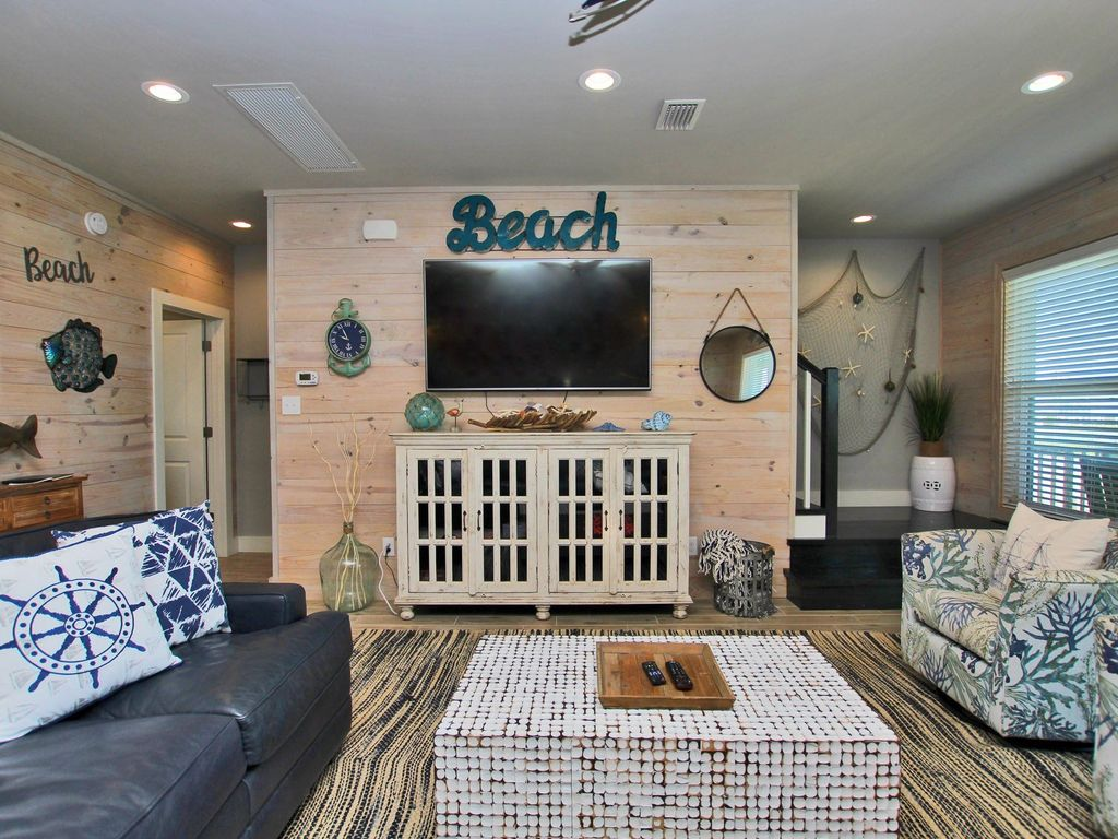 Aweigh to Pass Time! Cozy, comfortable beach cottage. Lagoon views, less than 5 min walk to beach. Great for kayaking or paddle boarding! Community Pool, Wi-Fi and covered parking.