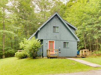 Classic, dog-friendly cabin in the woods w/ private deck