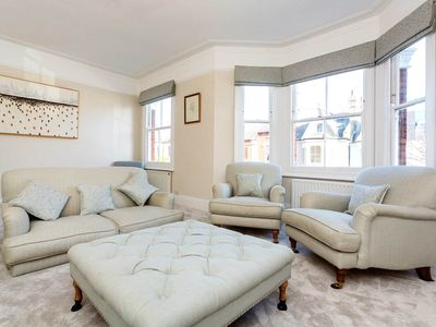 Photo for Bright 3 bed for 6 guests. Reach central London in 20 mins (Veeve)