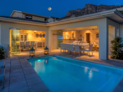 Photo for Luxurious beachcomber-style 3-bedroom retreat in Bakoven, close to Camps Bay