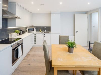 Photo for Spacious 2 bed, 2 bath apartment in Wandsworth