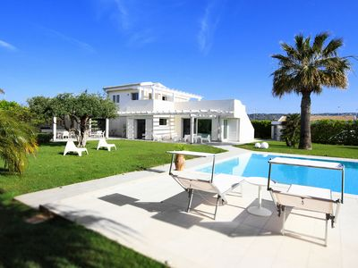 Photo for Luxury villa-free wifi-pool with whirlpool, BBQ, 1 extra cleaning