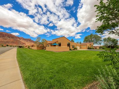 Photo for Lovely townhome with seasonal shared pool and hot tub, mountain views!