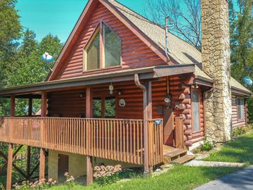 PEACEFUL LOG CABIN ONLY MINUTES TO THE POPULAR ATTRACTIONS IN THE SMOKIES!
