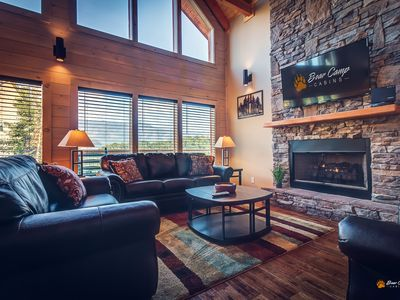 New custom Built Cabin with AMAZING Smoky Mountain Views.