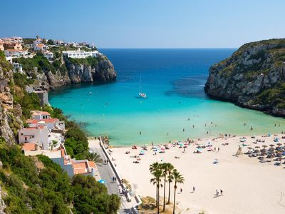 Ideally located in Cala en Porter, with an amazing sandy beach