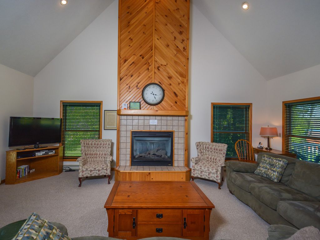 Delightful Property Image#5 Large Lawn, Pool Table U0026 Nearby Lake Access
