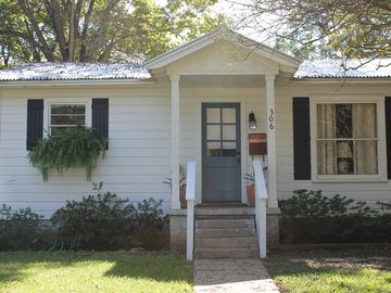 Charming Cottage in the Heart of the Historic District. Wonderful Getaway