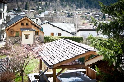 Covered hot tub, garden and chalet