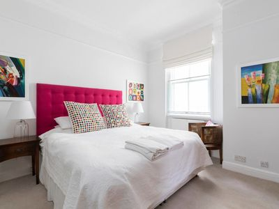 Photo for Charming 2 bed apt in West Kensington (sleeps 4)