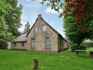 Thatch-covered farm, child friendly, lakes nearby, region Friese Wouden