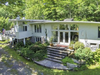 STYLISH and posh Contemporary 3 BR/2.5BA w/Hot Tub in a private country setting