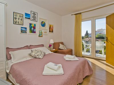 Photo for Two bedroom apartment with sea-view, parking, close to center of Hvar