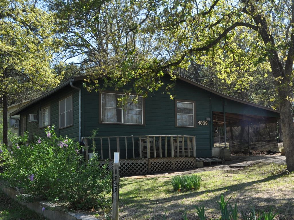 Cozy fishing cottage sleeps 4 5 homeaway for Lake texoma cabins with hot tub