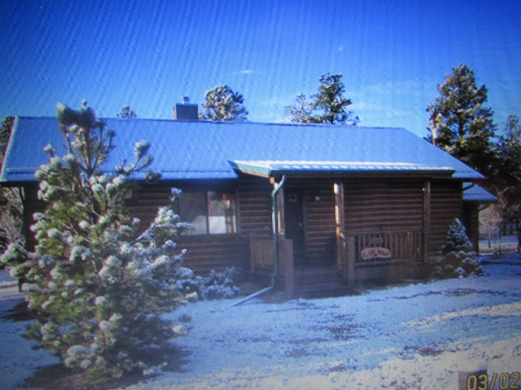 Cozy bear cabin in bison ranch near mongollon rim with a for Az cabin rentals with hot tub