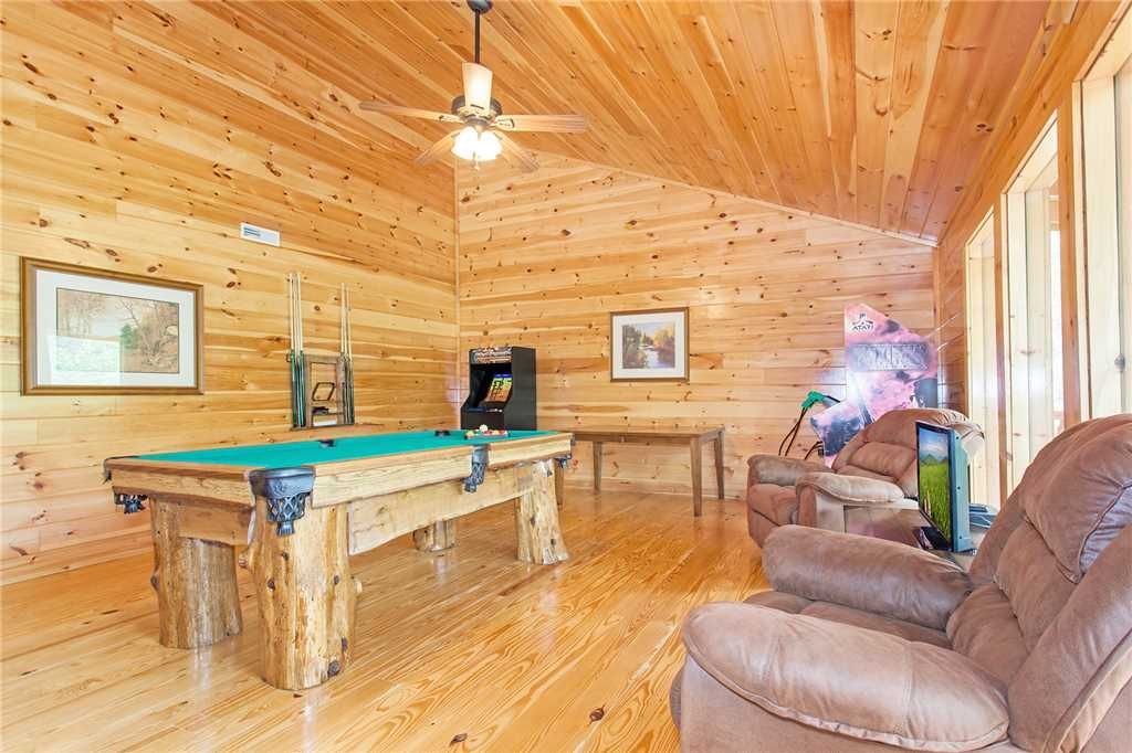 Beary dee lightful 5 br 5 ba cabin in pigeon forge sleeps 14 pigeon forge sevier county for 8 bedroom cabin with indoor pool