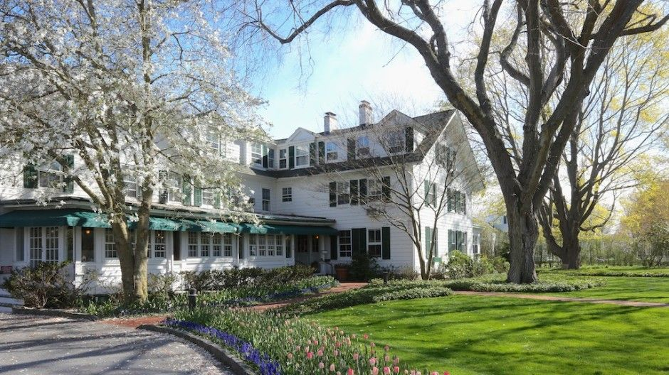 Now discounted charming cottage east hampton village child friendly walk to all east hampton for Living room restaurant east hampton