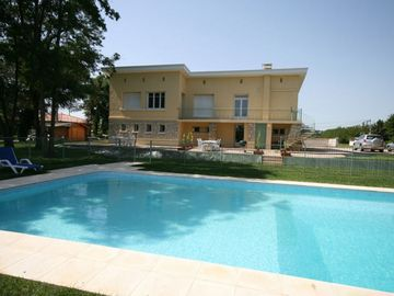 Spacious, Light & Airy Apartments With WiFi, Heated Pool, Secure Garden & River