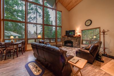"""River Rocks Cabin - Very comfortable Great Room with Leather Furniture, Gas Fireplace, 55"""" TV with DVD and Dish Network"""