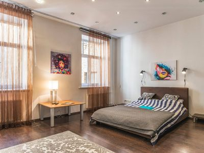Airy and Modern 2-Bedroom next to St. Peter's Church