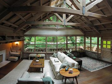 Luxury Creekside Cottage , walk to town! STAY 3 Nights at $495 per!!