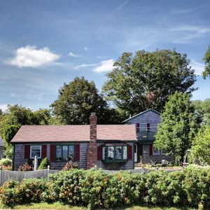 Spectacular Views...Charming House with Guest House
