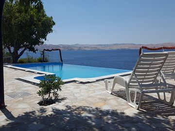 Rental with swimming pool, private beach and tennis court right on the beach