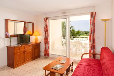 Sit back and relax in our charming apartment by the golf course!