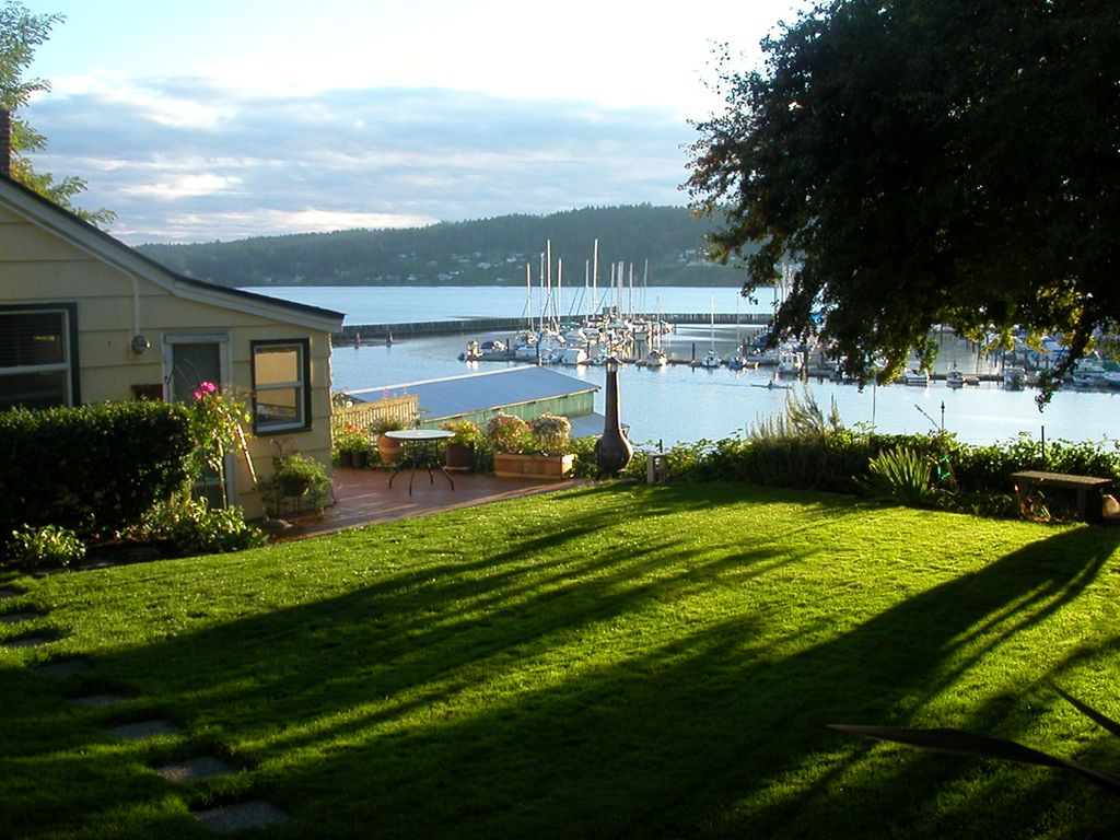 Downtown poulsbo waterfront cottage poulsbo puget sound for Waterfront cottage