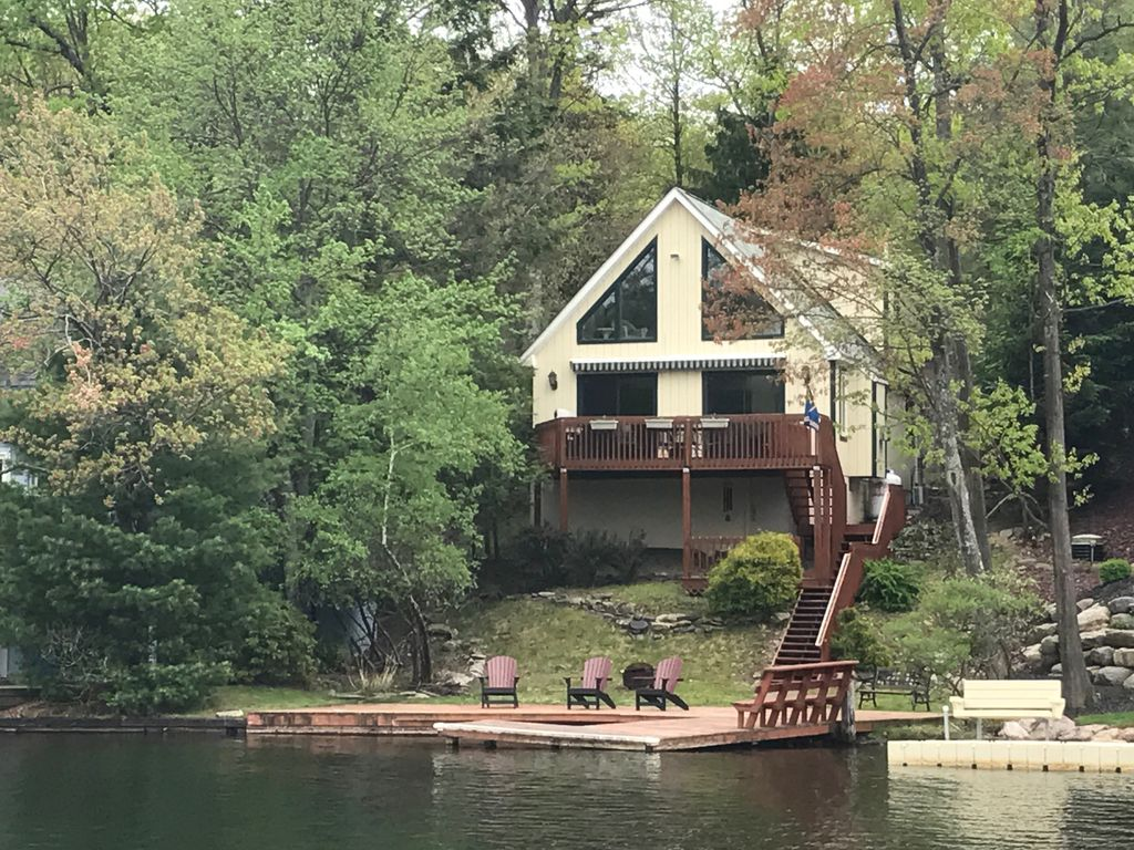 Lakefront with Private Dock.  Bring Your Ski Boat!