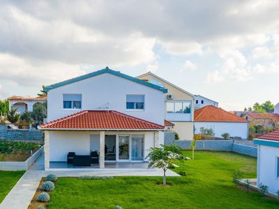 Photo for Spacious holiday home with nice garden, 4 en suite bedrooms, 300m from the beach