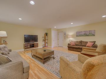 Location, Style & comfort!  Fireplace, Hot Tub! Park & Walk Everywhere, BBQ (8)