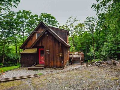 3 Bedroom Chalet 10 Mins to Mt Snow and Private Deck With Hot Tub