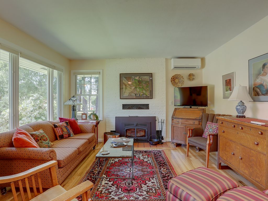 Living Color Newly Remodeled Updated Private Mid Century In A Quiet Convenient Neighborhood Hood River