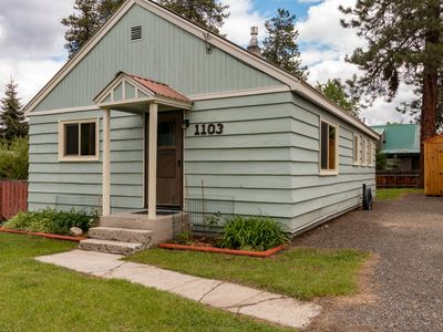 DOG FRIENDLY REMODELED CABIN STEPS TO DOWNTOWN WITH PRIVATE YARD