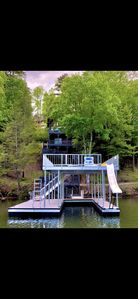 'Wake Dreams' Lakefront Cabin, Private Covered Dock, Private Hot Tub, sleeps 30
