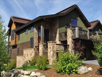 Luxury Twinhome, Close to MTN, Sleeps 14, Hot Tub, Grill, Smart TVS Sonos