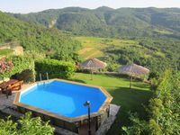 Nice house in a beautiful region. The garden and pool is perfect and safe with children.