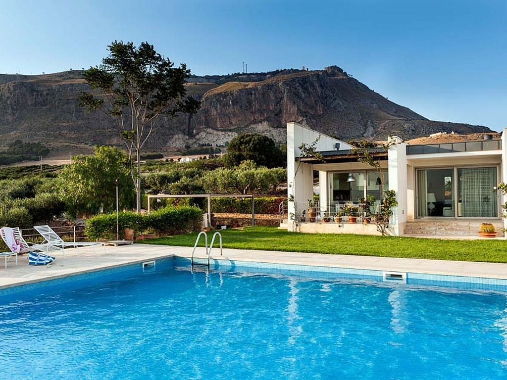 villa sicilia: a luxury villa with private pool situated near