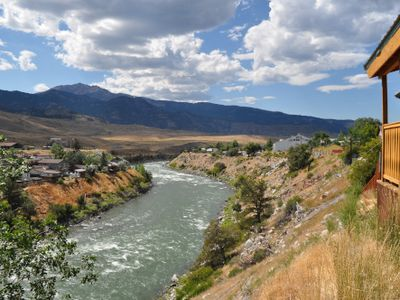 Cozy Eagles Nest Cabin Above the River! 6 Blocks from Yellowstone Park
