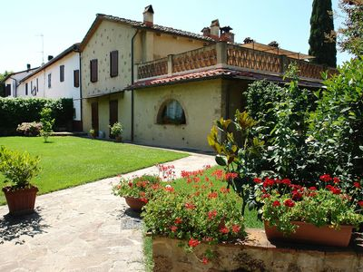 Photo for Nice apartment in villa with pool, WIFI, TV, pets allowed and parking, close to San Gimignano