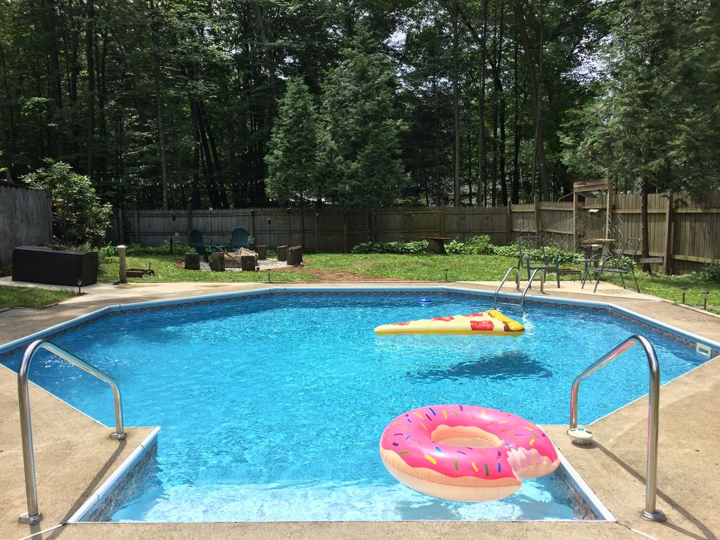 Family Friendly, Pool & Private Yard. 5 miles to Track, SPAC, Town. Updated 2017