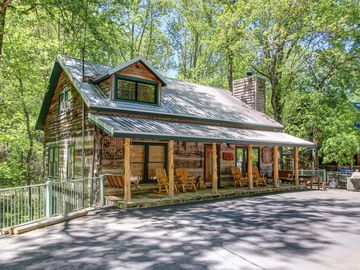 AN AUTHENTIC LOG CABIN - 4 King BR 4 Full Baths Sleeps 2 to 12 -  ALL NEW INSIDE