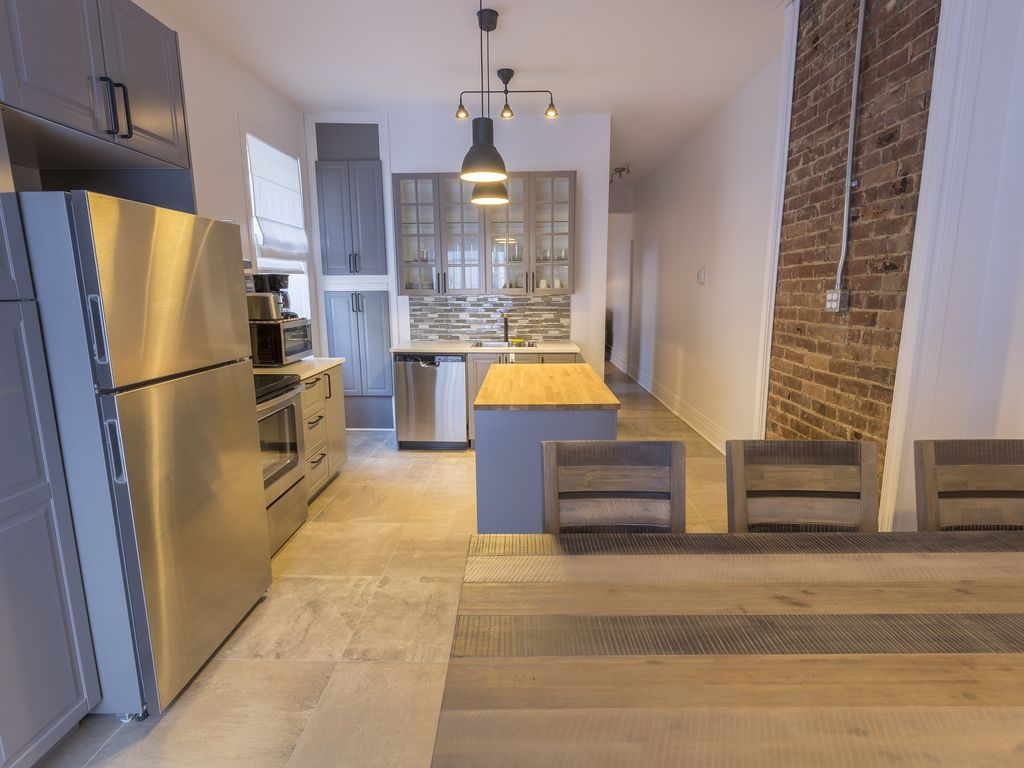 Large 3 Bedroom Completely Renovated Downtown Montreal Free Parking Southwest