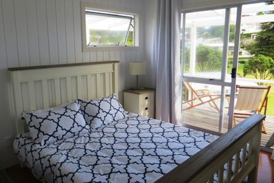Comfy new Queen bed All linen and towels included